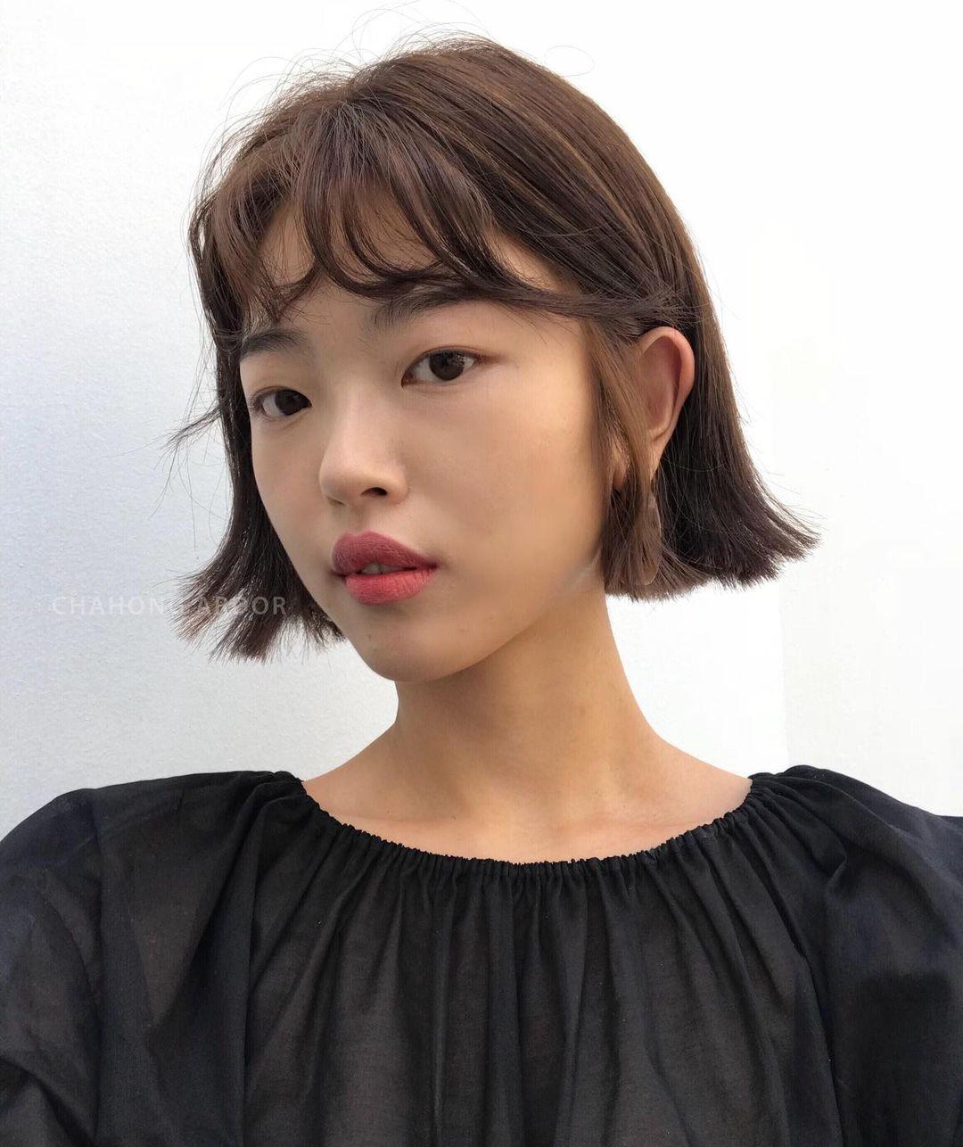 """Những cô nàng tóc ngắn cũng có thể """"quẩy"""" được vài kiểu tóc uốn, trong đó thì lựa chọn đang rất thịnh hành chính là tóc uốn vểnh. Phần đuôi tóc được uốn chìa ra ngoài này chính là thứ sẽ giúp gương mặt của chị em thêm nổi bật, cá tính hơn"""