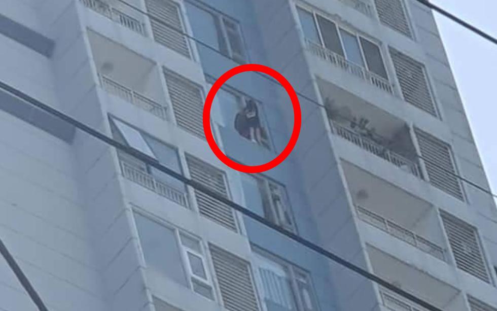 TP. HCM: Thót tim giải cứu cô gái trèo ra lan can tầng 15 chung cư định nhảy lầu tự tử
