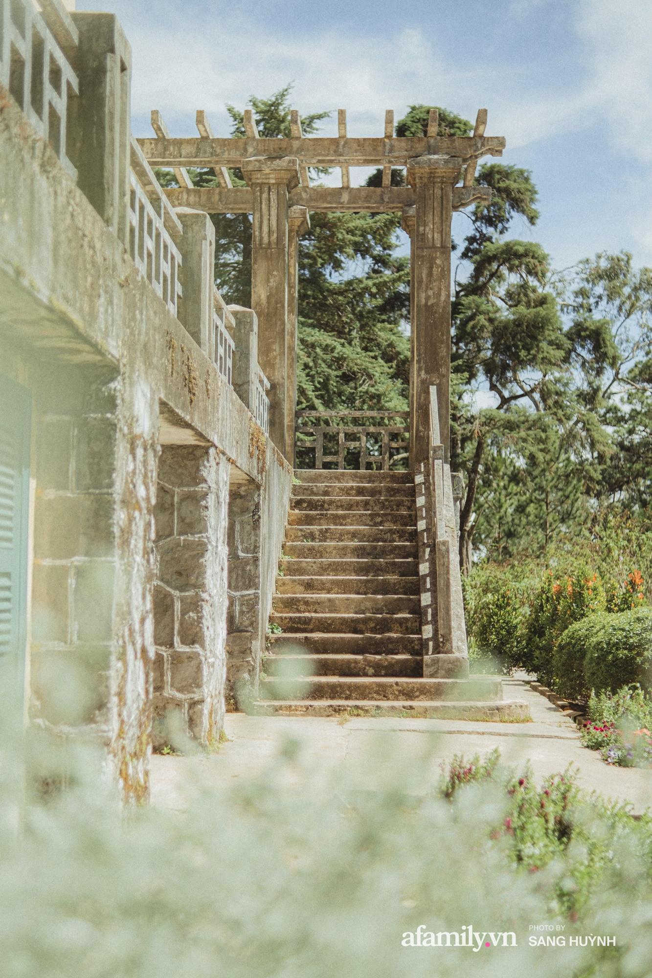 Đà Lạt có muôn vàn nơi để đi, nhưng có một tòa dinh thự nguy nga tráng lệ nằm trên đỉnh ngọn đồi nhìn xuống toàn thành phố, dù bỏ hoang vẫn hút khách ghé thăm - Ảnh 3.