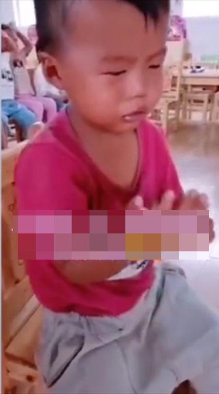 Ngày đầu đi học mẫu giáo, sau một hồi khóc lóc chán chê, cậu bé liền có hành động khiến ai cũng phải cười bò - Ảnh 1.