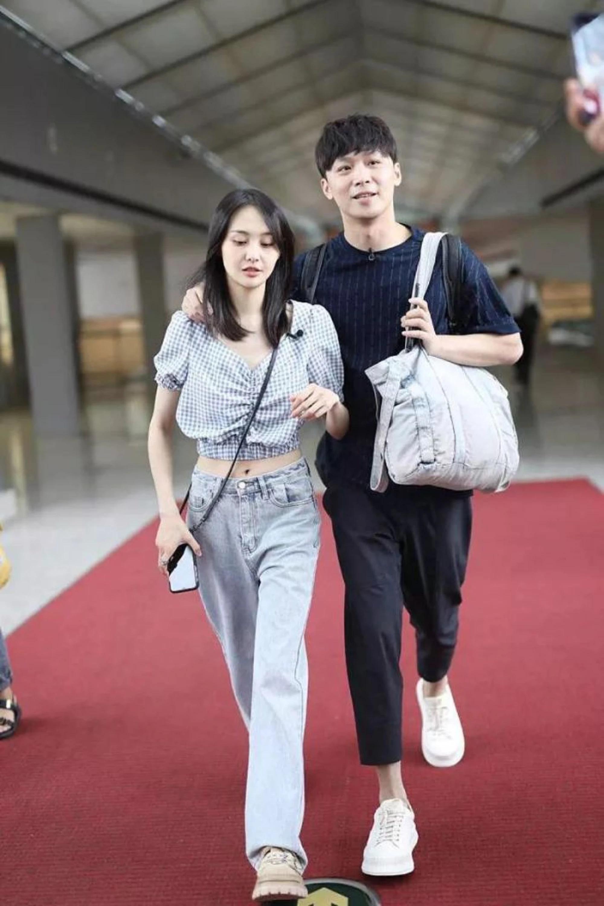 Fan soi ra chi tiết bất thường trong thời gian bị đồn mang thai của Trịnh Sảng, trang phục đã nói lên tất cả - Ảnh 1.