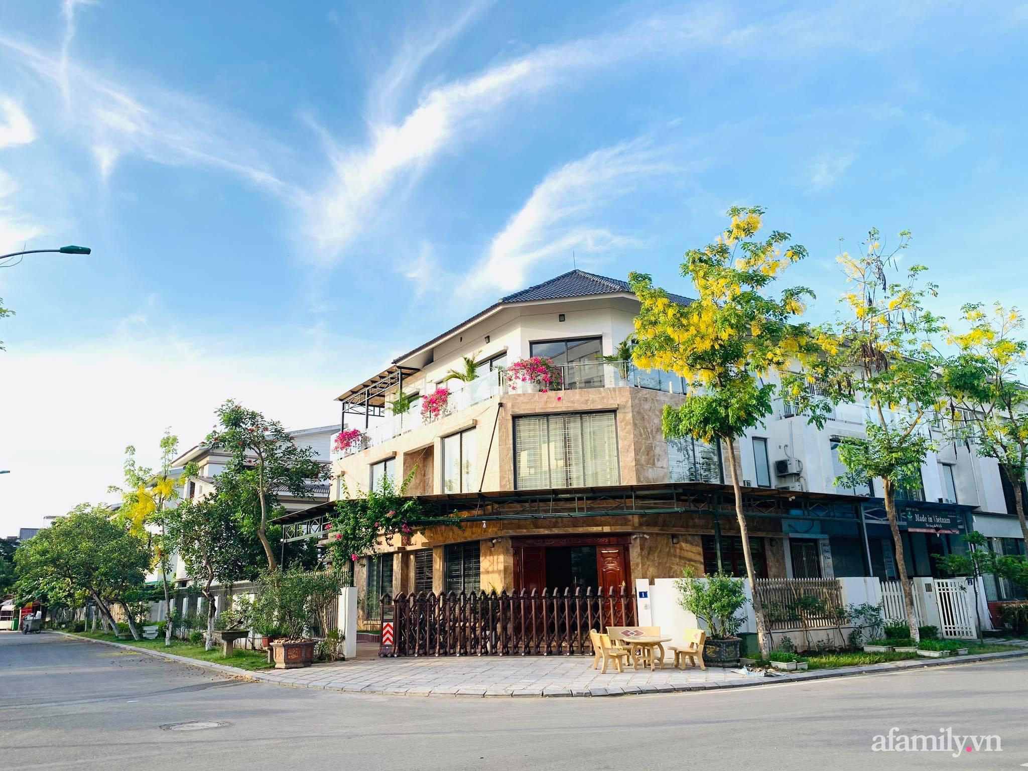 Ngôi nhà quanh năm rực rỡ sắc hương hoa hồng và đủ loại cây ăn quả ở Hà Nội - Ảnh 1.