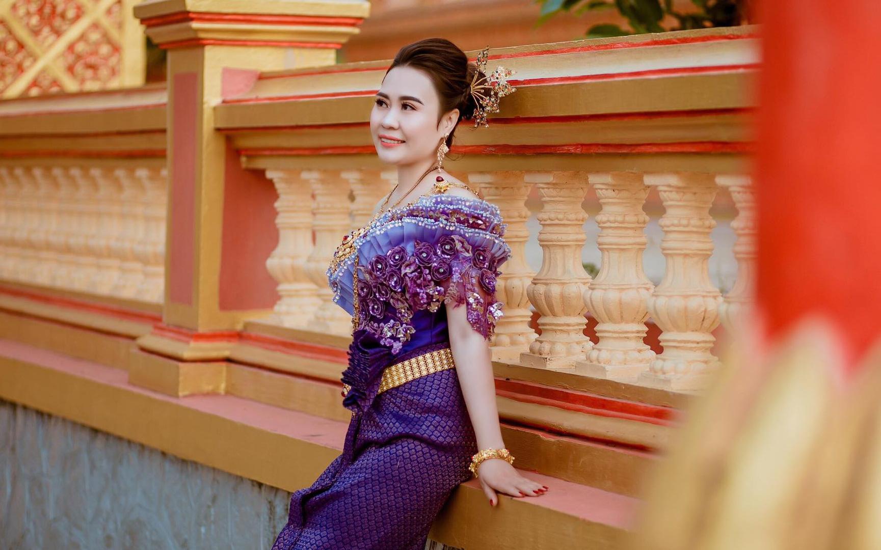 Diễn viên Phan Kim Oanh khoe nhan sắc ngày càng mặn mà trong trang phục dân tộc Khmer