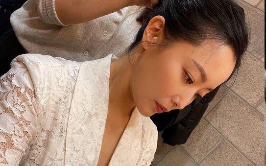 """Ảnh hậu trường làm lộ rõ nhan sắc tuổi 43 của """"đệ nhất mỹ nhân xứ Hàn"""" Kim Hee Sun"""