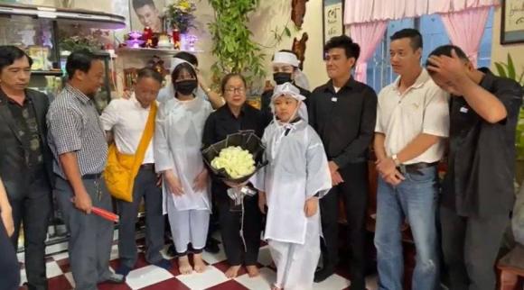 Lễ an táng Vân Quang Long tại quê nhà Đồng Tháp: Vợ cũ Ái Vân đeo tang cùng bố mẹ nam ca sĩ lo hậu sự, vợ 2 Linh Lan vắng mặt - Ảnh 5.