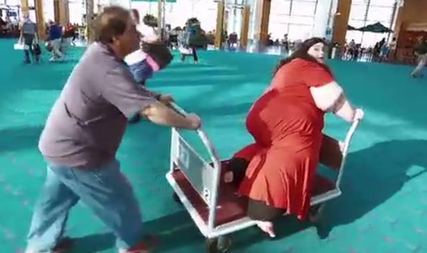 Ăn vô tội vạ đến mức nặng gần 300kg, phải lên máy bay bằng xe đẩy hàng, cô gái tủi nhục quyết tâm giảm cân để 5 năm sau ai cũng sốc khi nhìn thấy diện mạo ấy - Ảnh 3.