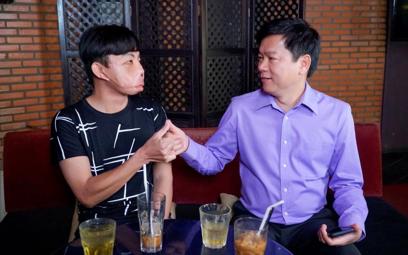 Người đàn ông mặt biến dạng xuất hiện chốn đông người, uống cafe cùng bác sĩ Tú Dung