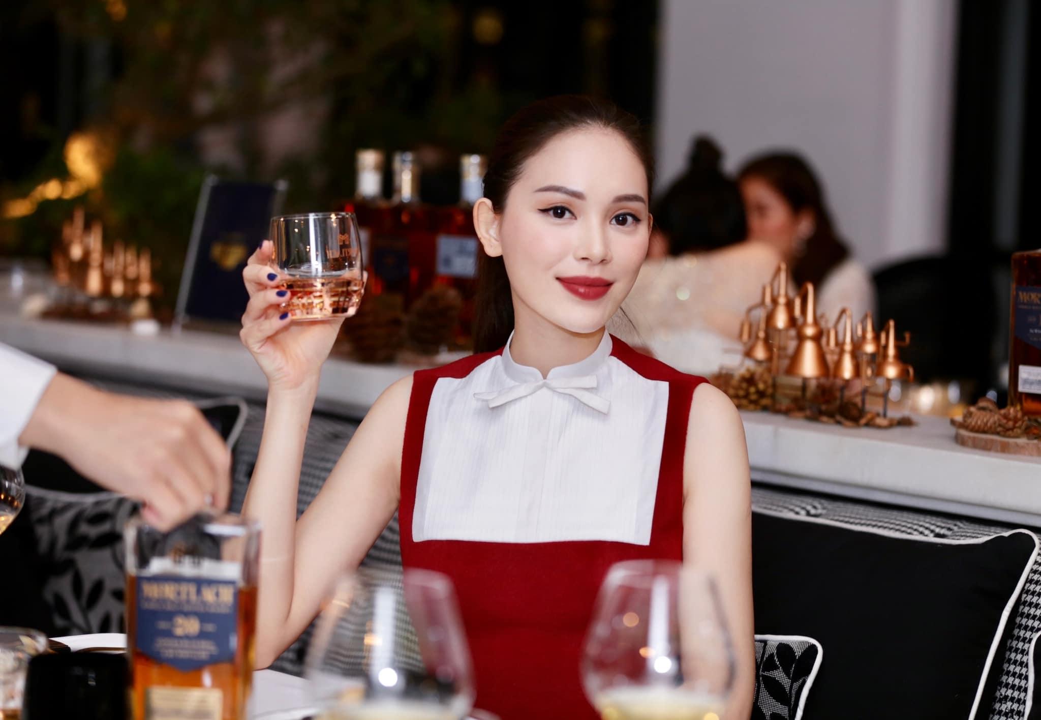 """Chọn bộ đầm hơi già so với tuổi 28 nhưng Linh Rin vẫn sang hết phần hội chị em sexy hở bạo: """"Cân"""" từ Emilly đến Huyền Baby chứ chẳng vừa - Ảnh 5."""