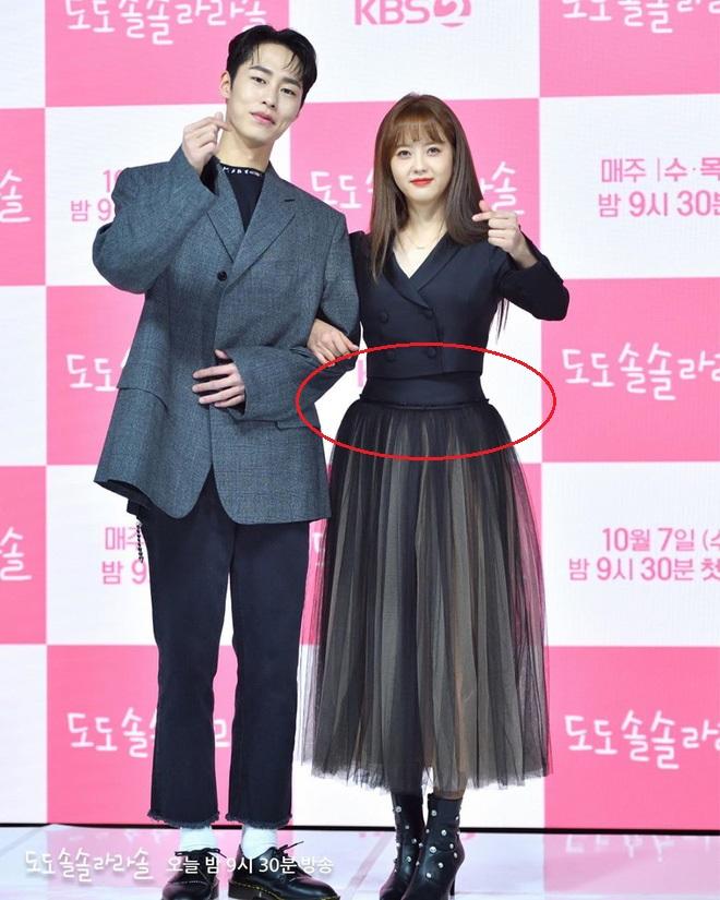 """Ngoài bộ đầm khoét ngực, váy siết eo cao vút mà Seo Ye Ji mặc trong """"Điên Thì Có Sao"""" cũng trở thành chuẩn mực khoe dáng của sao Hàn - Ảnh 8."""