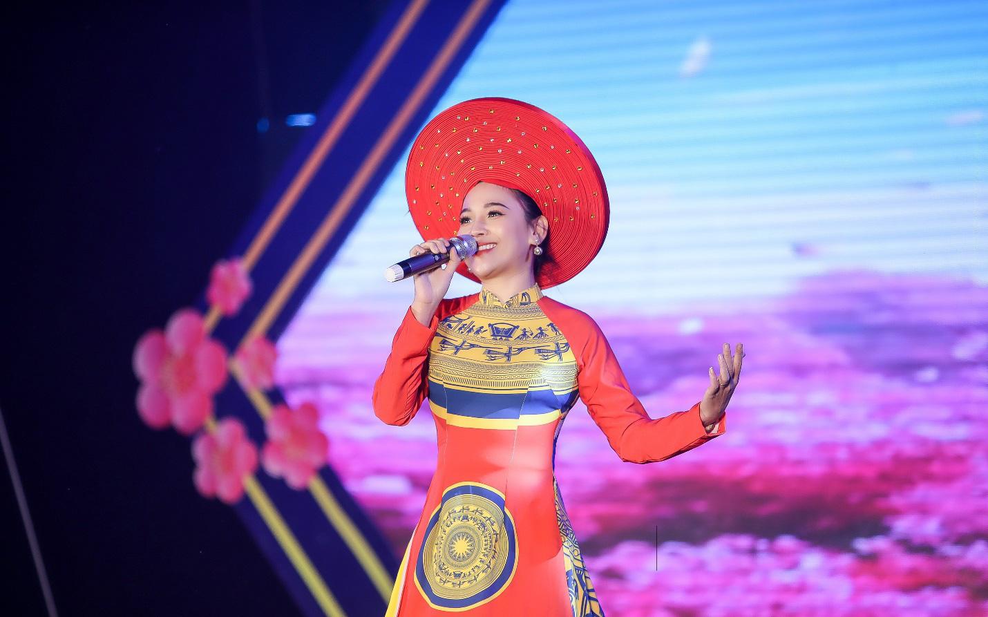 """Hoa hậu Doanh nhân Phạm Bích Thủy """"mang hơi ấm"""" tới vùng biên cương Nghệ An"""