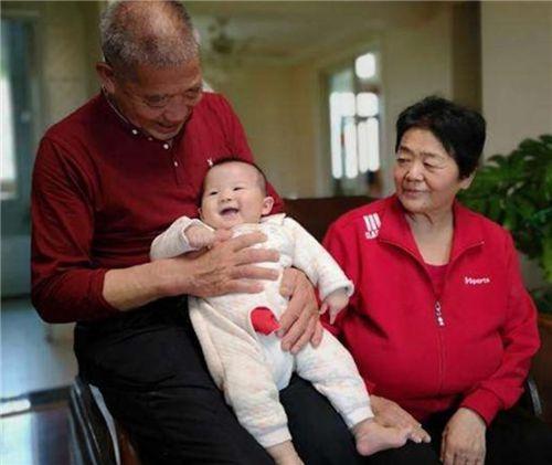 Người phụ nữ 67 tuổi nhất quyết sinh con bất chấp sự phản đối của các con, chuyện gì đã xảy ra? - Ảnh 4.