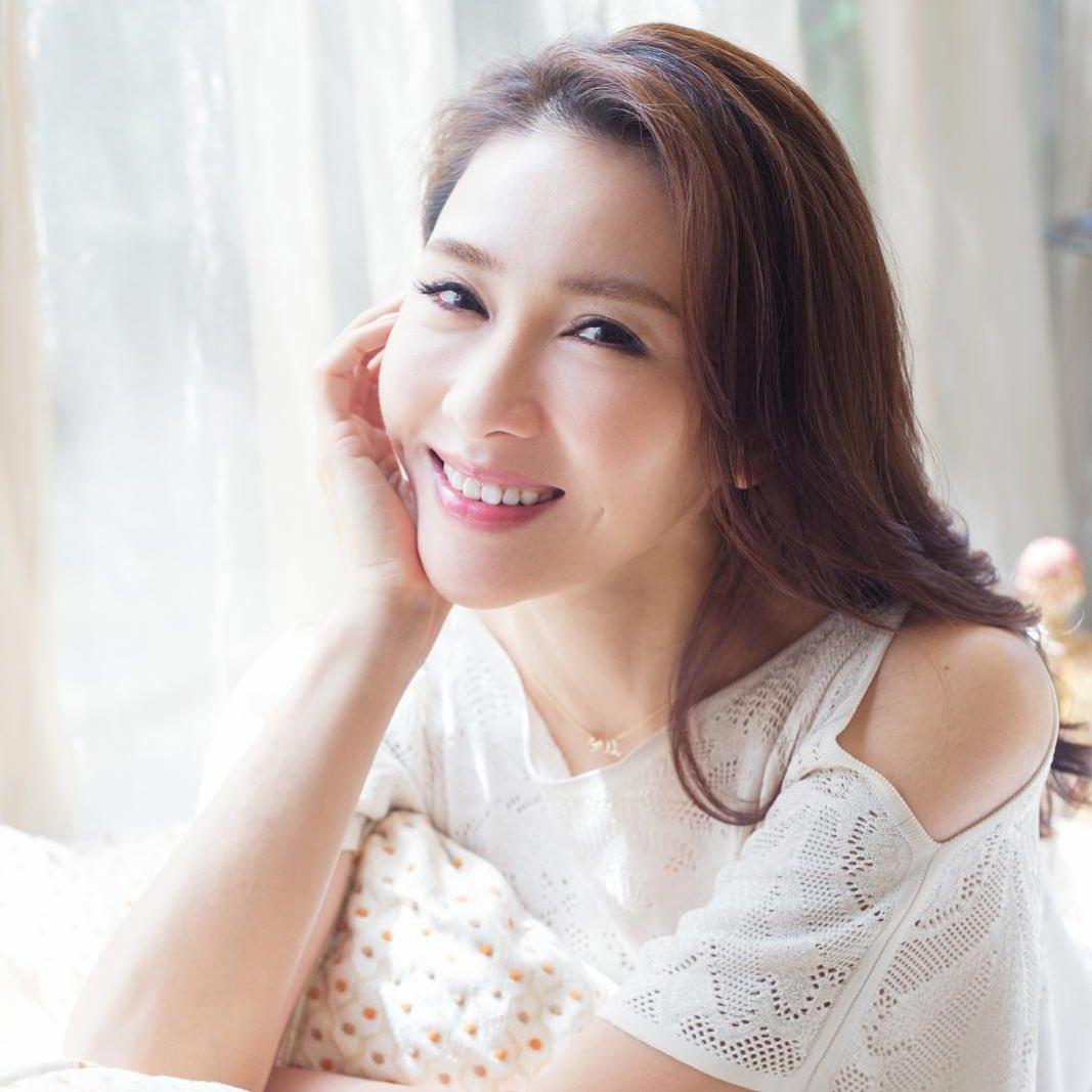 """""""Đệ nhất mỹ nhân TVB"""" bật mí thời điểm không được uống nước để da dẻ mịn màng, tươi trẻ: Bí mật nhan sắc tuổi 49 nằm hết ở đây - Ảnh 3."""