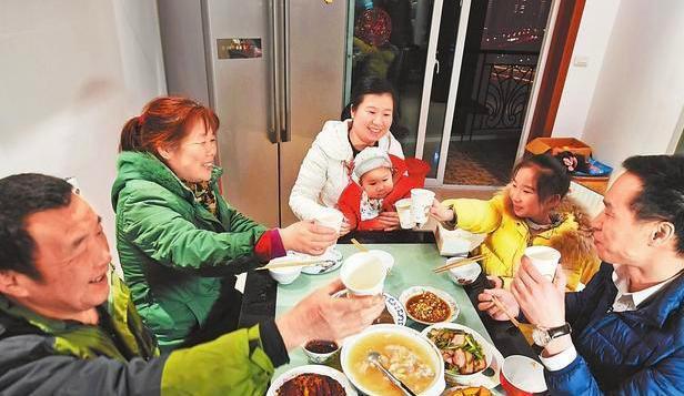 Con gái 5 tuổi hỏi Bà nội ơi, sao bà hay đến nhà cháu ăn cơm thế?, câu trả lời kịp thời của mẹ được nhiều người khen ngợi - Ảnh 1.