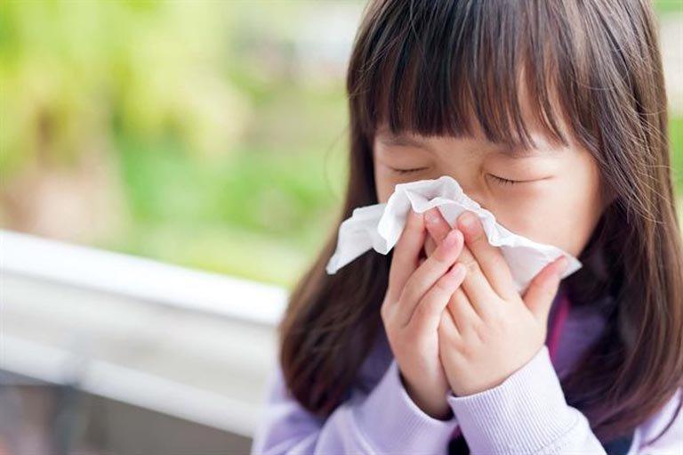 Căn bệnh khiến bé cứ ra ngoài khu vực có hoa chơi là khó thở - Ảnh 1.