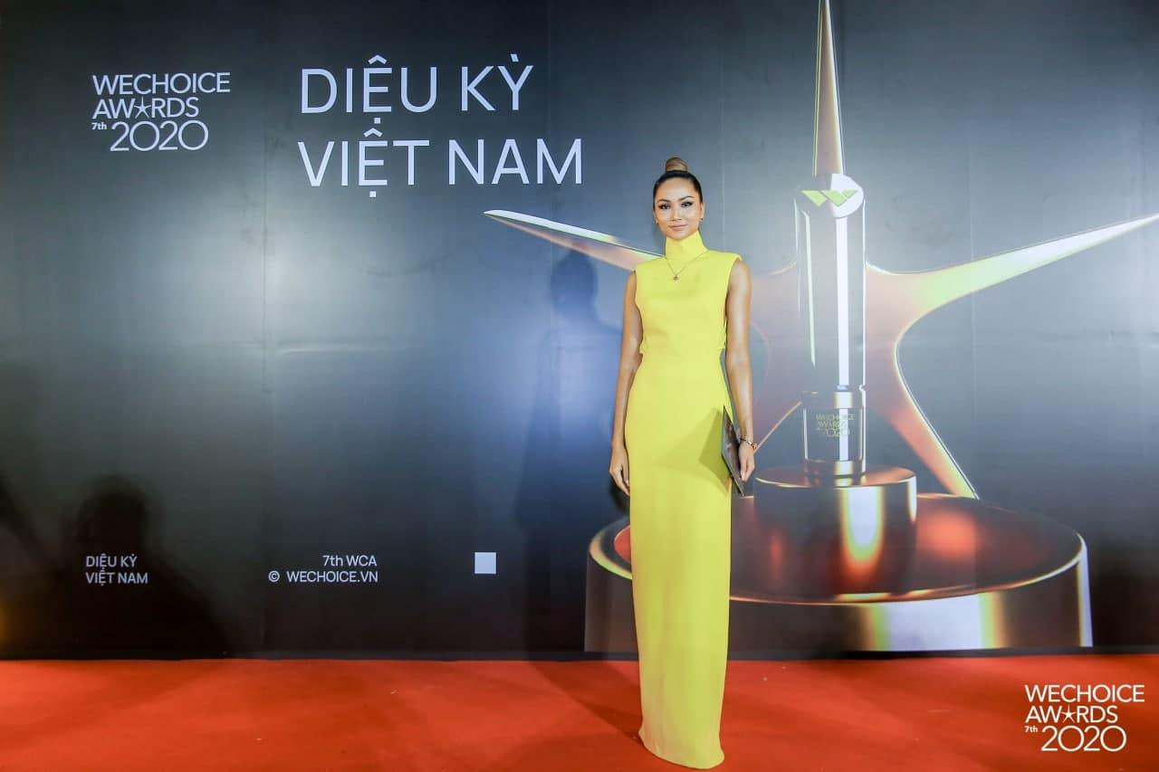 """Không quá lồng lộn nhưng H'Hen Niê vẫn """"chơi chiêu"""" tại WeChoice Awards, đẹp như tượng tạc trên thảm đỏ - Ảnh 1."""