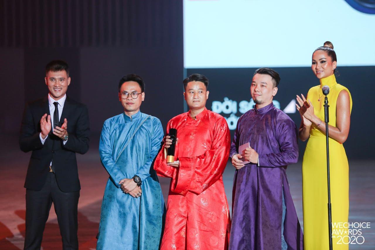 """Không quá lồng lộn nhưng H'Hen Niê vẫn """"chơi chiêu"""" tại WeChoice Awards, đẹp như tượng tạc trên thảm đỏ - Ảnh 4."""