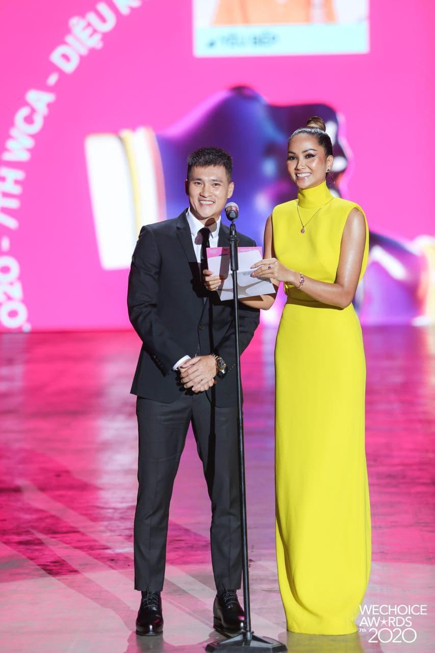 """Không quá lồng lộn nhưng H'Hen Niê vẫn """"chơi chiêu"""" tại WeChoice Awards, đẹp như tượng tạc trên thảm đỏ - Ảnh 2."""