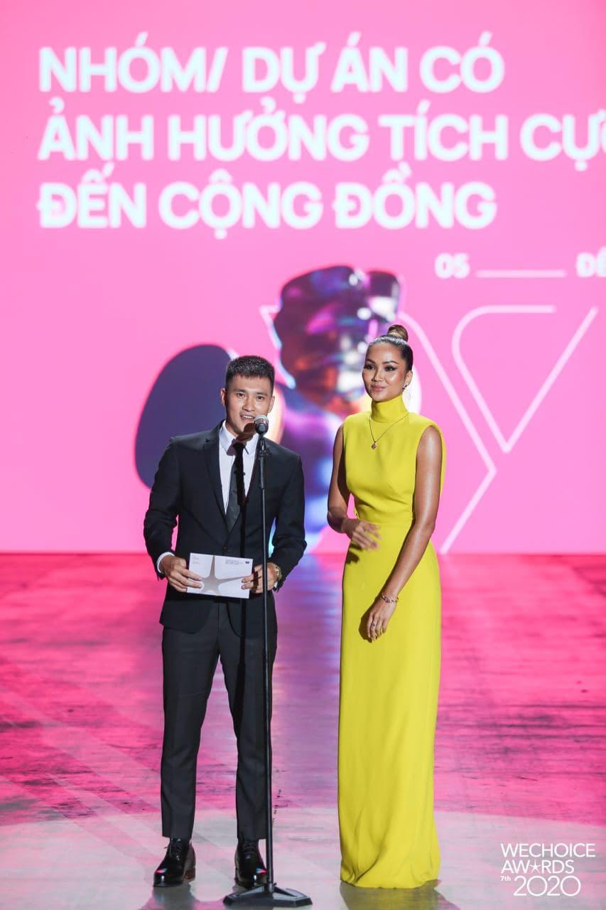"""Không quá lồng lộn nhưng H'Hen Niê vẫn """"chơi chiêu"""" tại WeChoice Awards, đẹp như tượng tạc trên thảm đỏ - Ảnh 3."""