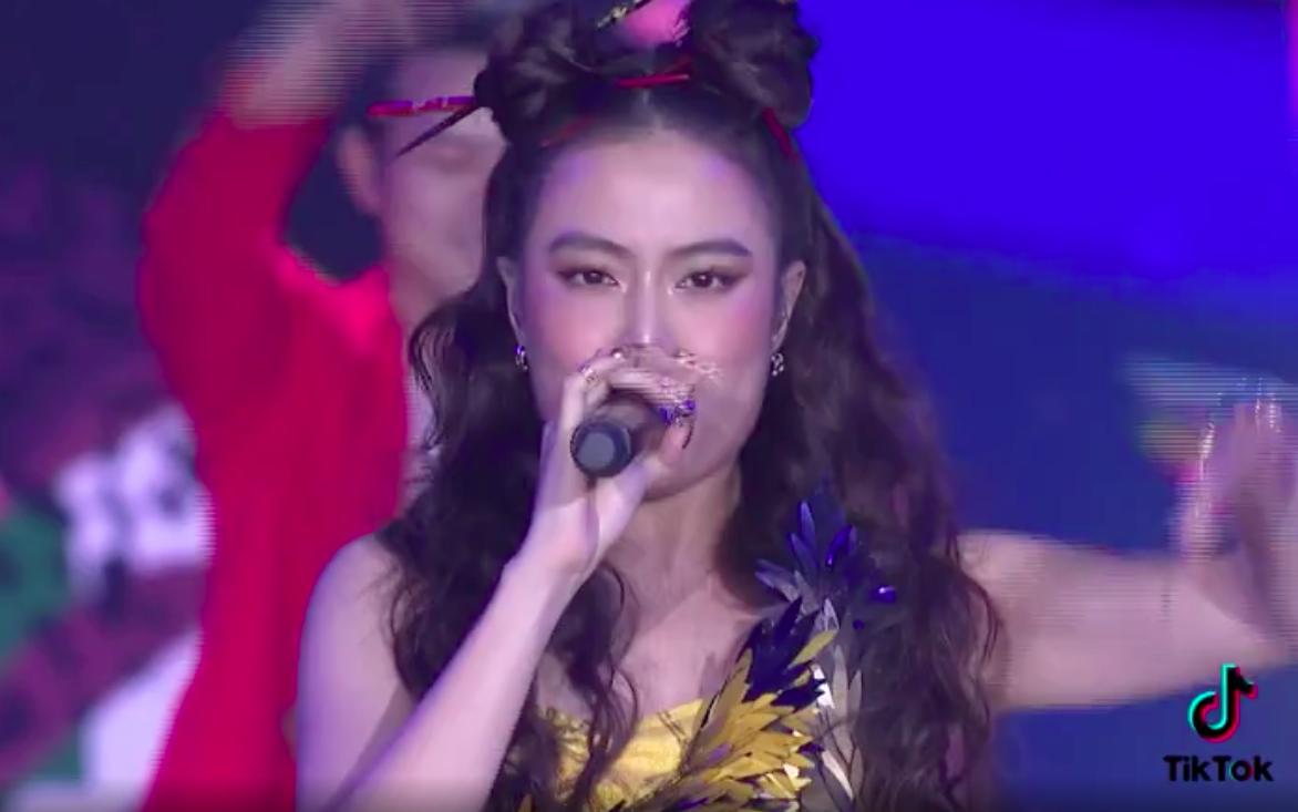 WeChoice Awards 2020: Hoàng Thùy Linh hát cùng Dế Choắt, tiết mục rất đỉnh chỉ có điều sao mặt nữ ca sĩ lại khác thế này