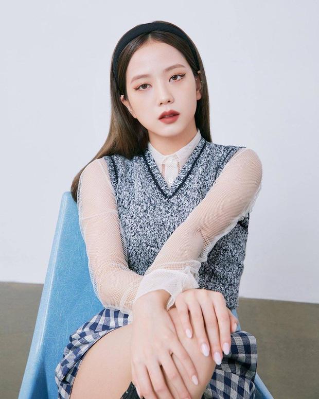 Đụng set đồ siêu trẻ với Jisoo, chị gái 31 tuổi Sooyoung liệu có bị đàn em lấn át? - Ảnh 1.