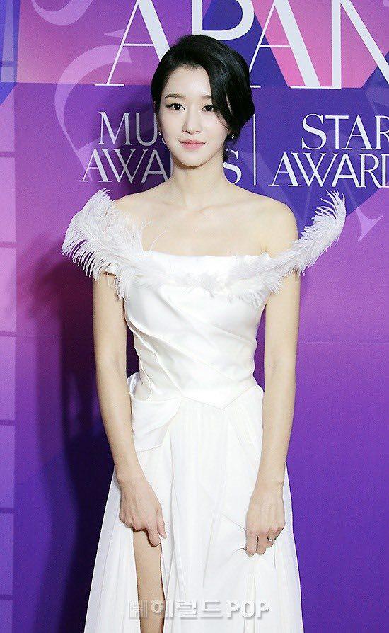 """Thảm đỏ """"hot"""" nhất Kbiz: Hyun Bin lẻ bóng xuất hiện sau khi xác nhận hẹn hò, Seo Ye Ji khoe vai trần với váy xẻ táo bạo - Ảnh 3."""
