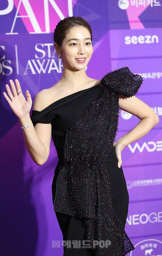 """Thảm đỏ """"hot"""" nhất Kbiz: Hyun Bin lẻ bóng xuất hiện sau khi xác nhận hẹn hò, Seo Ye Ji khoe vai trần với váy xẻ táo bạo - Ảnh 4."""