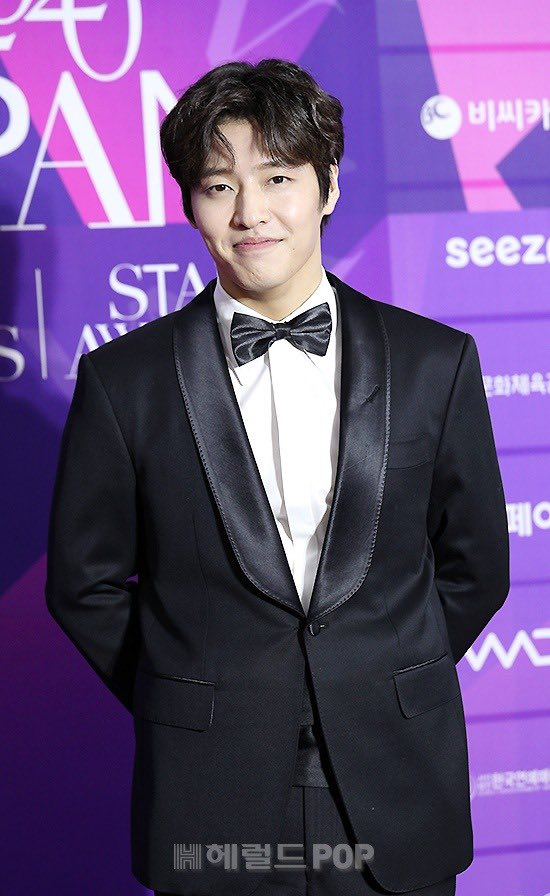 """Thảm đỏ """"hot"""" nhất Kbiz: Hyun Bin lẻ bóng xuất hiện sau khi xác nhận hẹn hò, Seo Ye Ji khoe vai trần với váy xẻ táo bạo - Ảnh 5."""