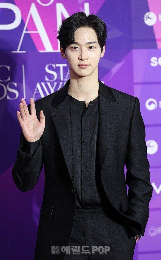 """Thảm đỏ """"hot"""" nhất Kbiz: Hyun Bin lẻ bóng xuất hiện sau khi xác nhận hẹn hò, Seo Ye Ji khoe vai trần với váy xẻ táo bạo - Ảnh 7."""