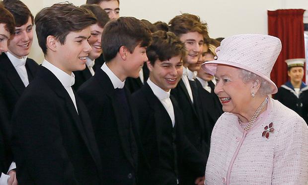 Cháu trai cực phẩm của Nữ hoàng Anh ít người biết đến: Thân hình chuẩn 6 múi, gương mặt vạn người mê cùng profile đáng nể - Ảnh 1.