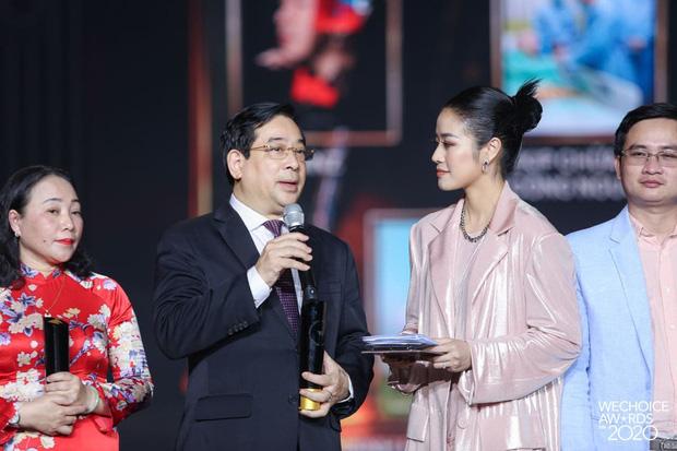 Tập thể bác sĩ tuyến đầu chống Covid-19 ở tâm dịch Đà Nẵng và GS.TS Lê Thị Quỳnh Mai giành giải Đại sứ truyền cảm hứng tại Wechoice Award - Ảnh 3.