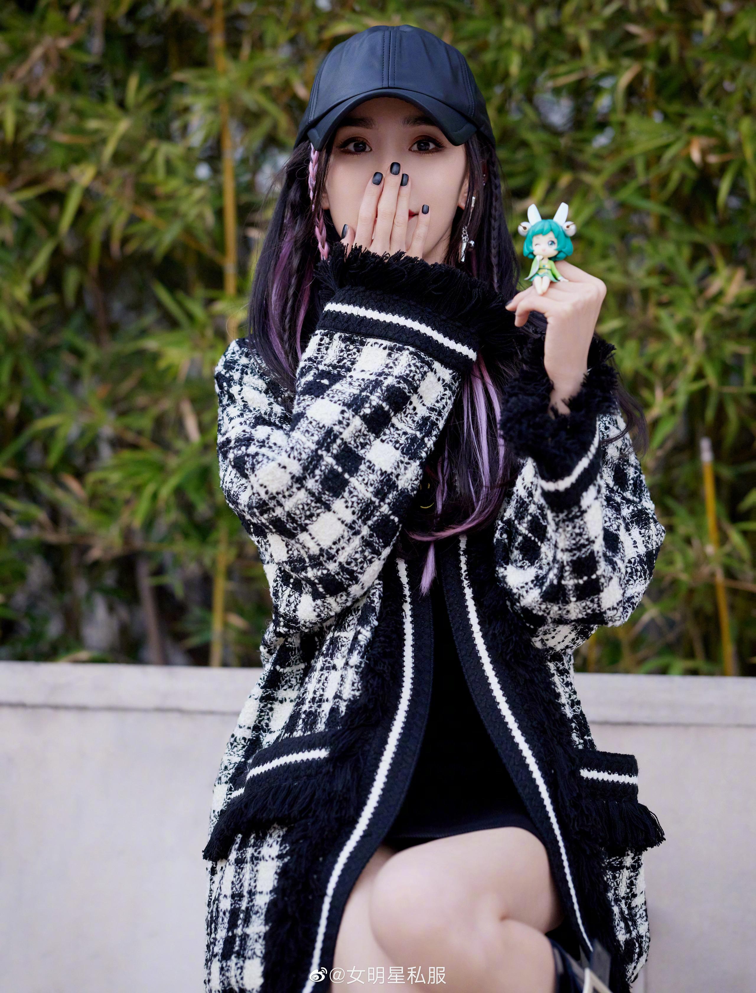 """Nhờ cao tay chỉnh váy mà Dương Mịch khoe được đôi chân """"cực phẩm"""", còn hack tuổi trẻ trung đến gái 20 cũng ghen tị - Ảnh 2."""