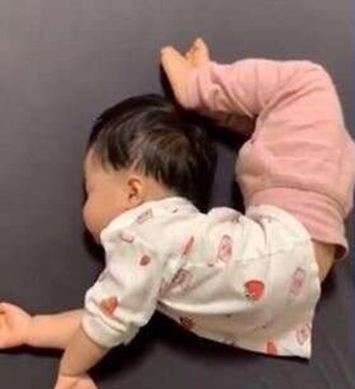 """Tư thế ngủ của lũ trẻ: Chỉ có """"bá đạo"""" hơn chứ không có bá đạo nhất! - Ảnh 1."""