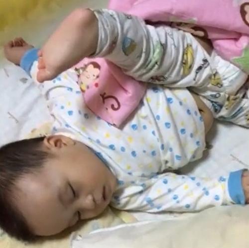 """Tư thế ngủ của lũ trẻ: Chỉ có """"bá đạo"""" hơn chứ không có bá đạo nhất! - Ảnh 2."""
