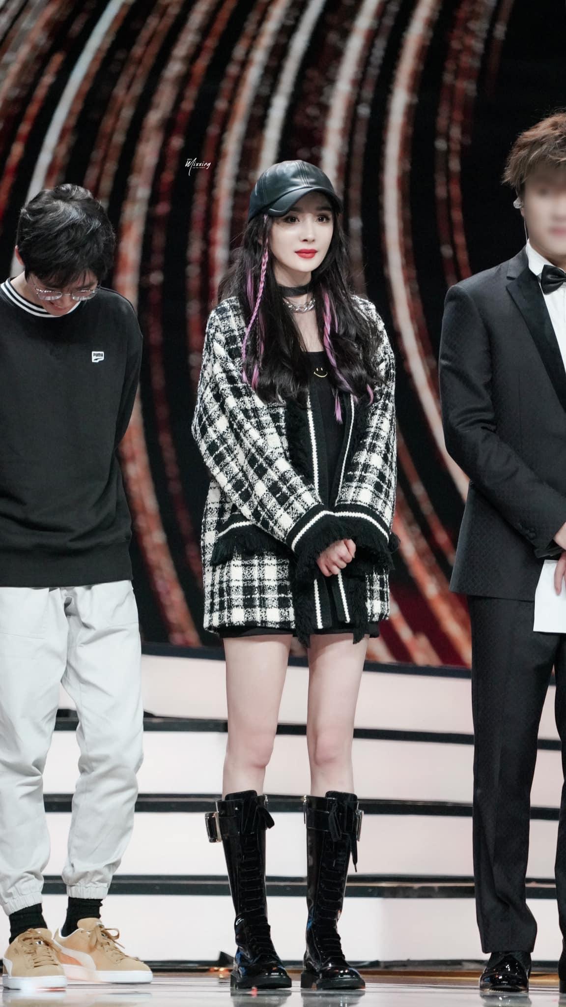 """Nhờ cao tay chỉnh váy mà Dương Mịch khoe được đôi chân """"cực phẩm"""", còn hack tuổi trẻ trung đến gái 20 cũng ghen tị - Ảnh 5."""