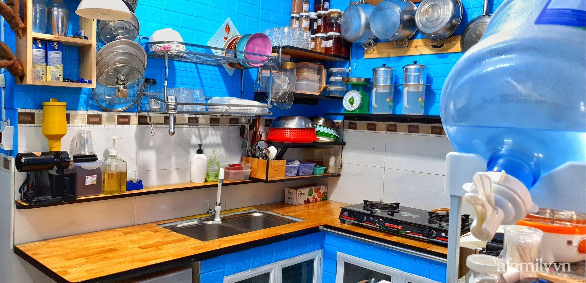 """Căn bếp 5m² luôn gọn sạch, thơm tho nhờ bí quyết """"nhỏ nhưng có võ"""" của ông bố trẻ Sài Gòn - Ảnh 1."""