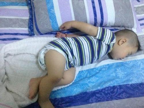 """Tư thế ngủ của lũ trẻ: Chỉ có """"bá đạo"""" hơn chứ không có bá đạo nhất! - Ảnh 6."""