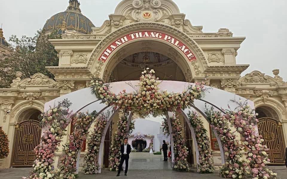 """Đám cưới """"khủng"""" trong lâu đài dát vàng ở Ninh Bình khiến MXH """"mắt tròn mắt dẹt"""" từ không gian tiệc cưới xa hoa đến thực đơn đãi khách toàn những món """"nhà giàu"""""""