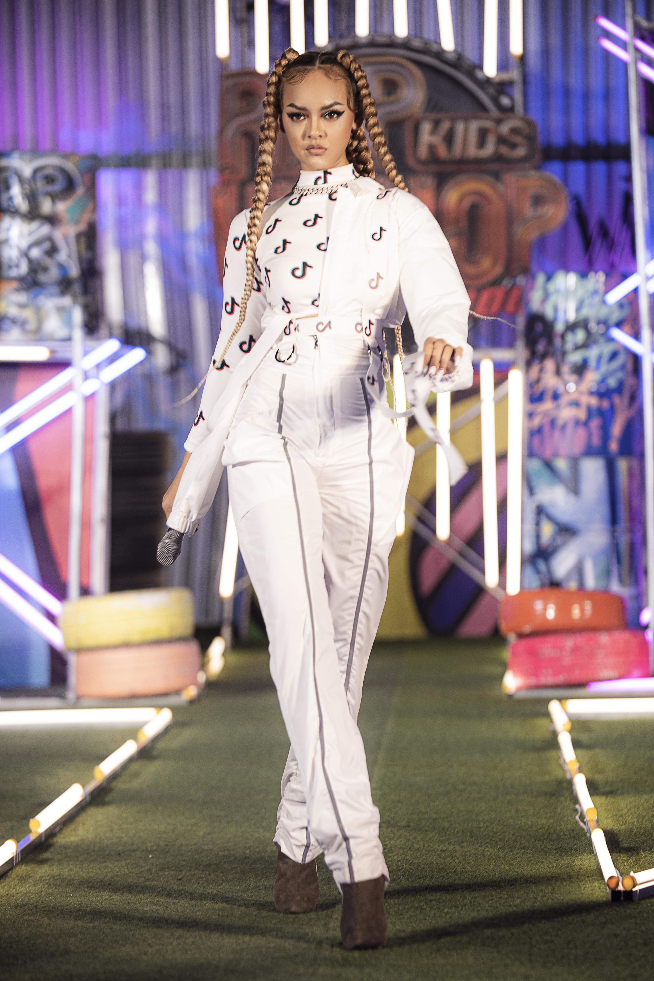 Lãnh Thanh chăm chú xem Nam Em catwalk, mẫu tây Anna lần đầu xuất hiện sau scandal đánh ghen  - Ảnh 5.