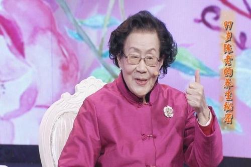 Vị bác sĩ da liễu 99 tuổi da dẻ vẫn căng bóng, hồng hào, bà tiết lộ 3 món mình không bao giờ ăn, 4 việc nhỏ thường làm mỗi ngày - Ảnh 4.