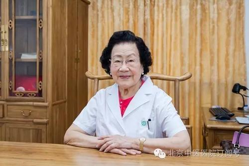 Vị bác sĩ da liễu 99 tuổi da dẻ vẫn căng bóng, hồng hào, bà tiết lộ 3 món mình không bao giờ ăn, 4 việc nhỏ thường làm mỗi ngày - Ảnh 5.
