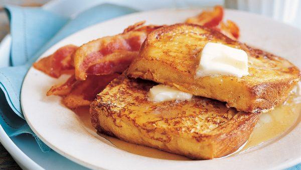 """Bánh mỳ - trứng thì ai cũng biết nhưng làm theo kiểu French Toast này sẽ ngon gấp bội: Chỉ 10 phút """"múa chảo"""" là chị em sẽ xong ngay bữa sáng! - Ảnh 1."""