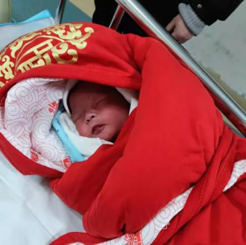 Thai phụ nhập viện mổ gấp vì con ít cử động, sau khi lấy em bé ra mà ekip mổ phải choáng váng - Ảnh 1.