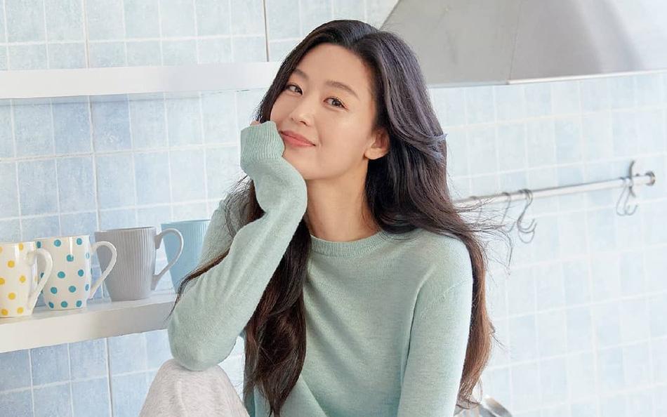 """Nhan sắc ở tuổi 40 của """"mợ chảnh"""" Jeon Ji Hyun có gì mà được nhận xét vượt trội hơn hẳn Kim Tae Hee?"""