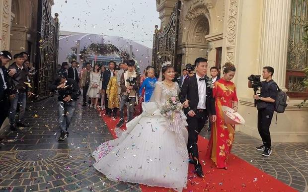 Lộ diện hình ảnh cô dâu chú rể ở đám cưới trong lâu đài dát vàng tại Ninh Bình, biết các con số của tiệc cưới lại càng choáng hơn