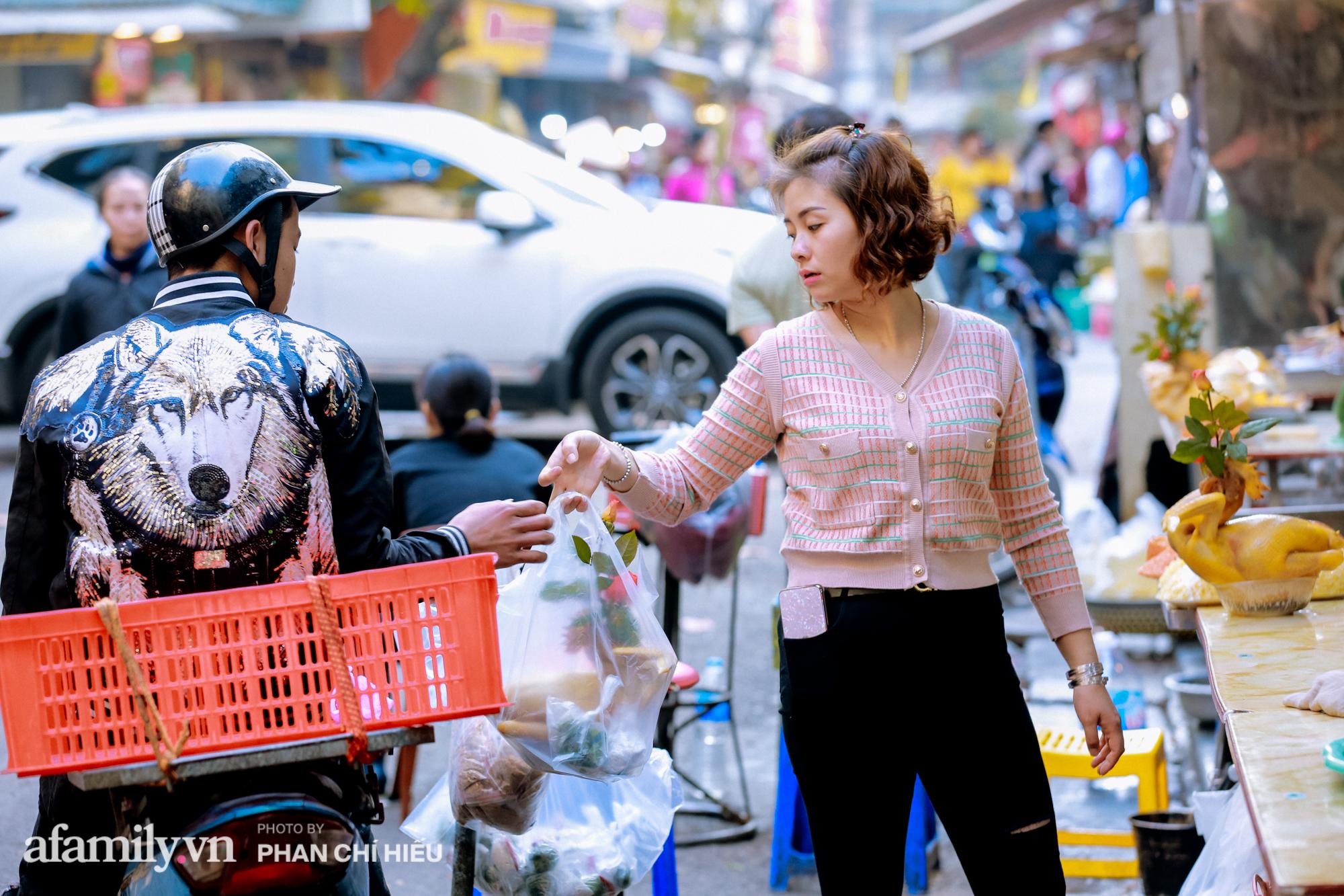 """Đến với """"chợ nhà giàu"""" dịp cận Tết, choáng với con gà giá nửa triệu vẫn chẳng thiếu người mua - Ảnh 6."""
