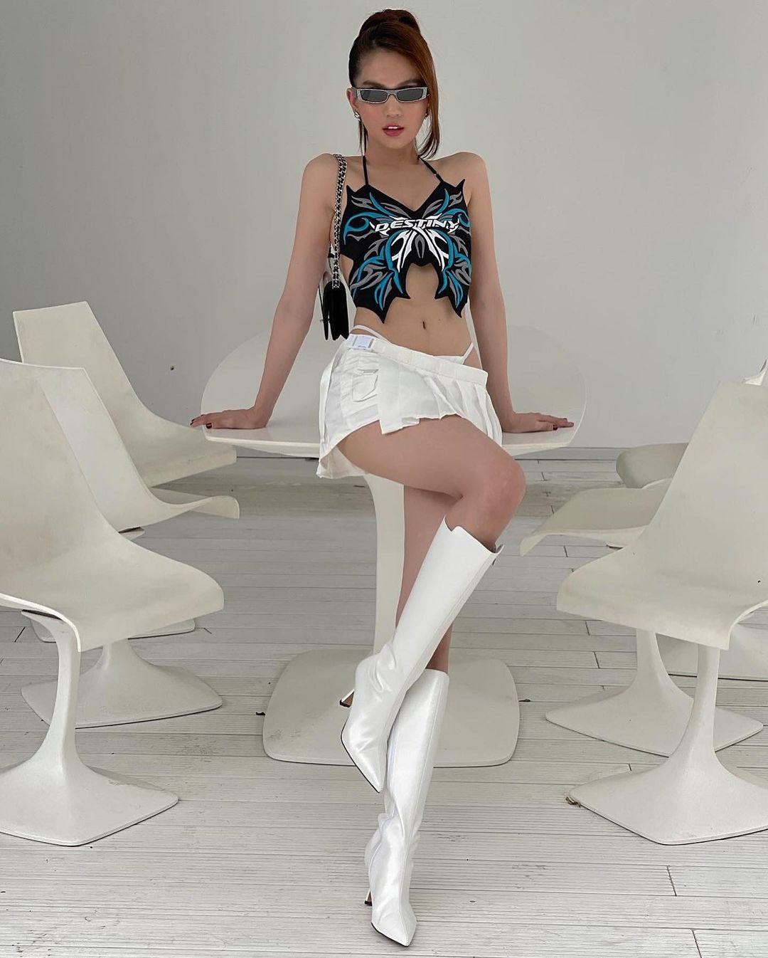 Ngọc Trinh diện chung áo với Lisa (BLACKPINK): Style khác biệt, đẳng cấp cũng cách biệt rõ ràng - Ảnh 3.