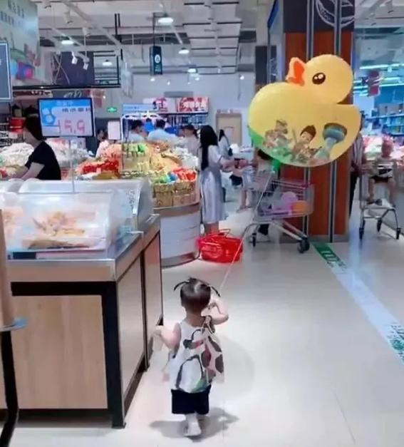 Con gái thường xuyên bị lạc trong siêu thị, mẹ nghĩ ra cách định vị con chuẩn xác khiến người xem phải ngả mũ bái phục - Ảnh 3.