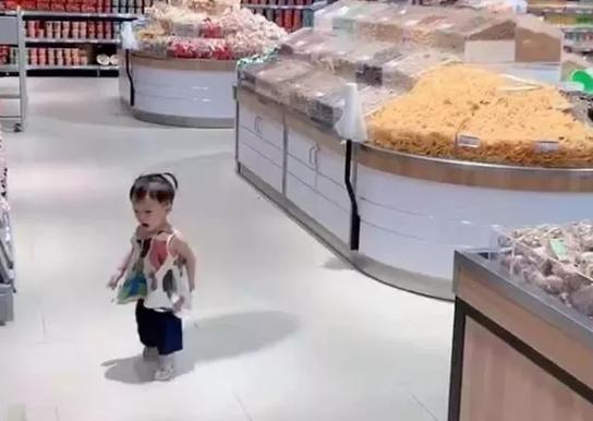 Con gái thường xuyên bị lạc trong siêu thị, mẹ nghĩ ra cách định vị con chuẩn xác khiến người xem phải ngả mũ bái phục - Ảnh 1.