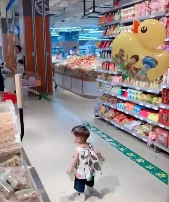 Con gái thường xuyên bị lạc trong siêu thị, mẹ nghĩ ra cách định vị con chuẩn xác khiến người xem phải ngả mũ bái phục - Ảnh 2.