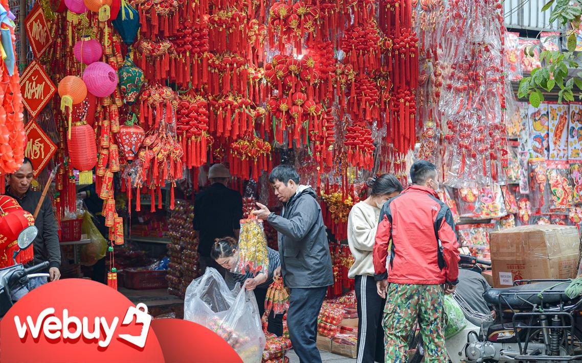 """Dạo 1 vòng phố Hàng Mã mua đồ trang trí Tết Tân Sửu: Đồ truyền thống """"mới"""" lên ngôi, giá tăng cao so với năm ngoái"""